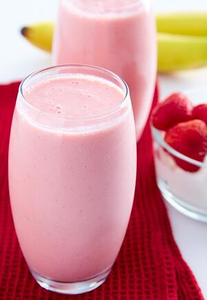 strawberry-banana-smoothie-with-yogurt-glass-2